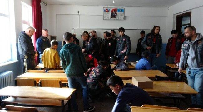 Farklı illerden Isparta'ya gelen motosikletçilerden öğrencilere 'ısıtan' destek
