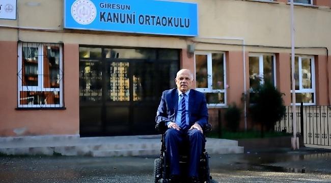 Tekerlekli sandalyesi ile 22 yıldır öğretmenlik yapıyor