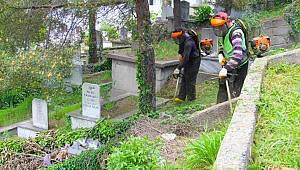 Tirebolu İlçe mezarlıklarında çevre temizliği ve düzenleme çalışması yapılıyor