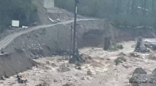 Tirebolu'da Şantiyeyi sel bastı iş makinalarını sürükledi