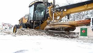 Aksaray'da karla mücadele ekipleri çalışmalarını sürdürüyor
